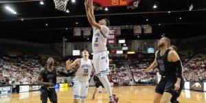 Men's basketball starts conference 2-1